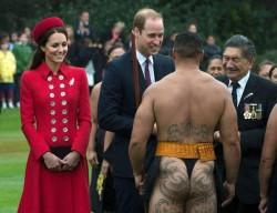 Принц Уильям и его супруга Кейт встречаются с воином маори, одетым в национальный костюм, Новая Зеландия.  via Telegraph
