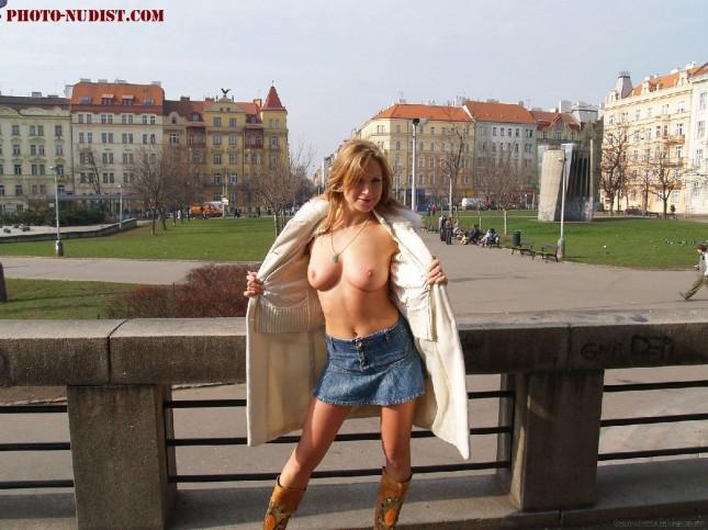 следующем снимке видео жена ходит без трусиков по улице телочка буквально впилась