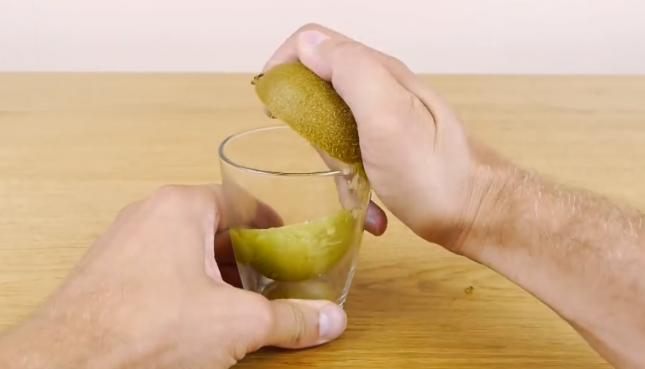 Как почистить киви за 3 секунды. Это гениально