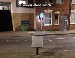 Вечно одинокая скамейка - она не виновата.