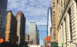 На этой улице, рядом с новым зданием на месте взорванных башен, машины с украинскими флагами не штрафуют!