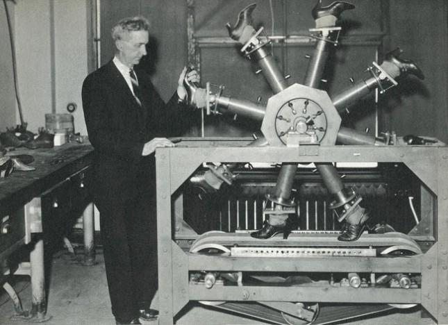 «Шагающая машина» в Национальном бюро стандартов, предназначенная для тестирования изнашиваемости обуви, 1937