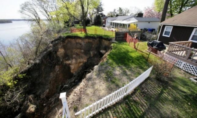 В Нью-Джерси оползень пожирает дворы