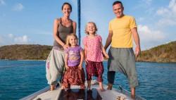 Семья растит детей на яхте
