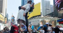 Самый популярный поцелуй на Таймс Сквер