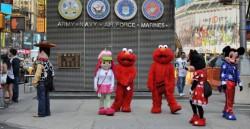 На Таймс Сквер снова гуляют мультяшки.