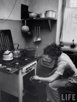 Советская спортсменка Гала Виноградова на кухне, 1956 год