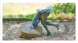 Эта скульптура женской любознательности привлекает