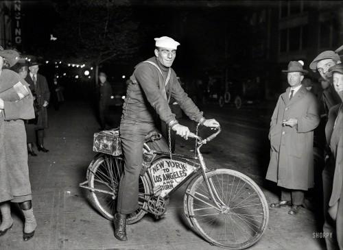 Путешественник, прикованный цепью к своему велосипеду мэром Нью–Йорка. Вашингтон, 1920