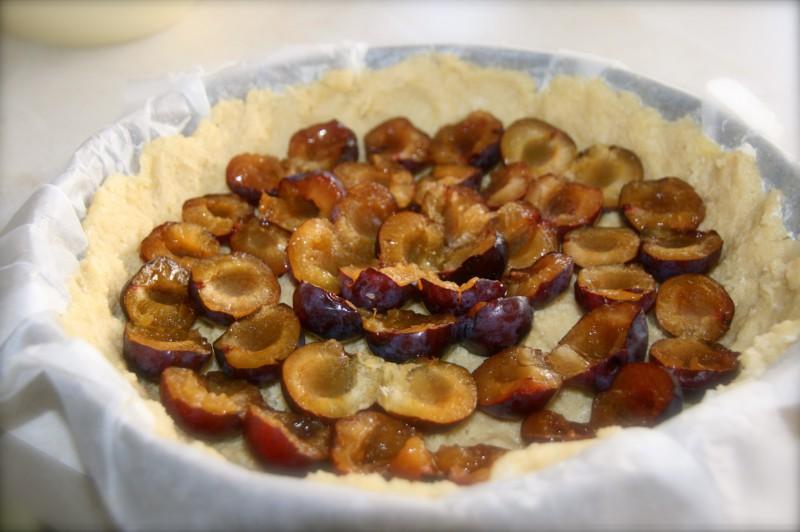 сдобный пирог со сливами рецепт с фото
