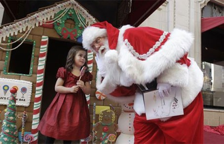 В Нью-Джерси Санта-Клаус принес подарки детям мусульманских беженцев