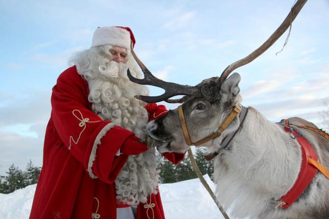 Санта-Клаус вернулся на Северный полюс, раздав подарки Рождественской ночью
