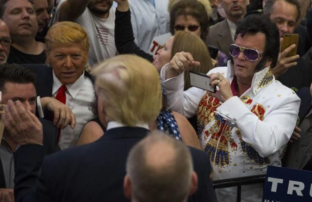 Элвис фотографирует Трампа