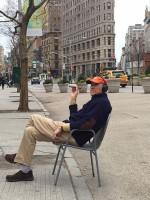 Мэдисон-сквер, дедушка, 70, который, сидит на солнышке и курит сигару