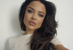 В США набирает популярность модель, похожая на Анджелину Джоли