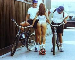 Досмотр роллерши полицией, 1980–е годы