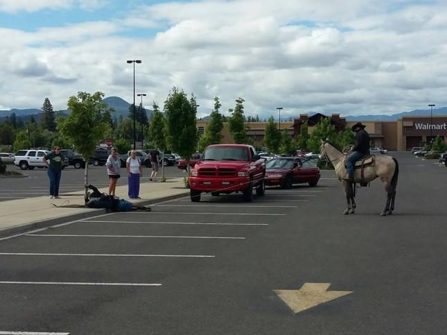 Герой дня - ковбой возле Walmart