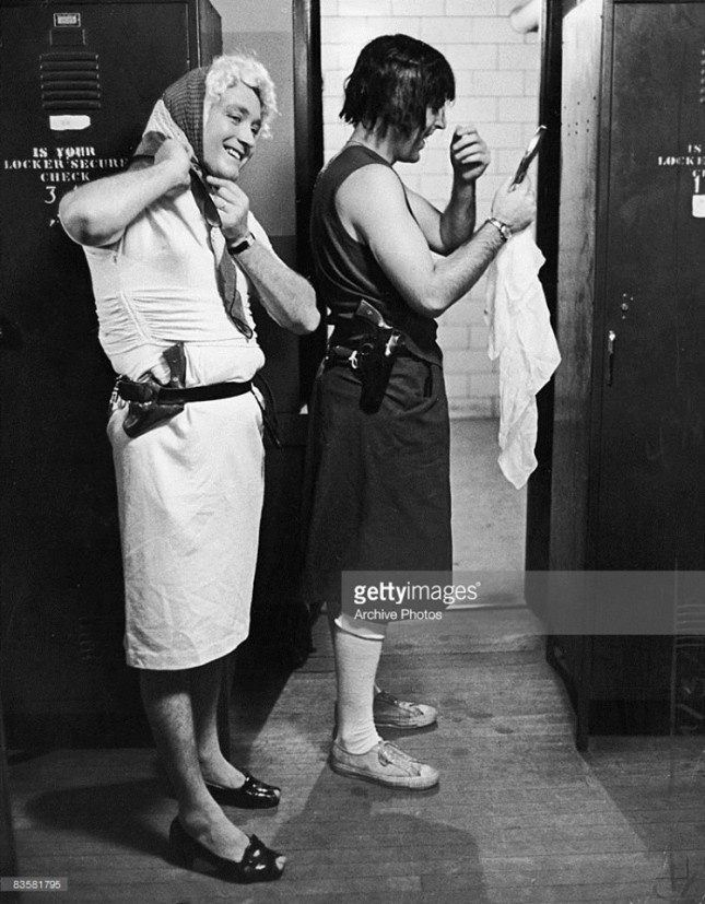 Нью-Йоркские полицейские готовятся к рабочей смене, 1960-е годы.