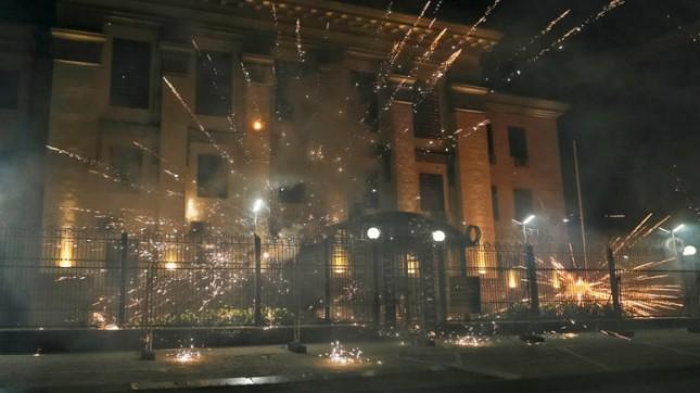 Фейерверк.Атака петардами на посольство России в Киеве. ©Reuters