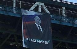 На Манхэттенском мосту вывесили баннер с изображением российского президента Владимира Путина