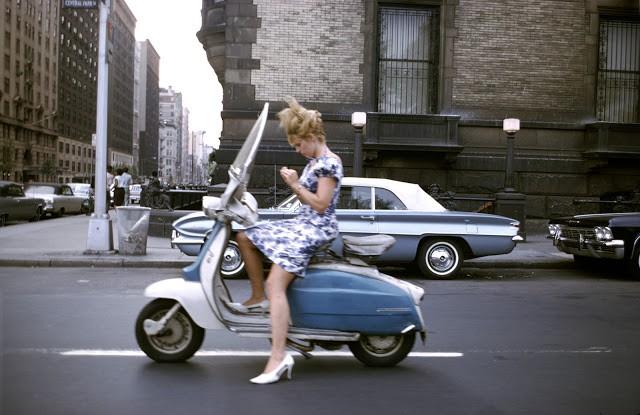 Мотороллер и девушка, США 1965
