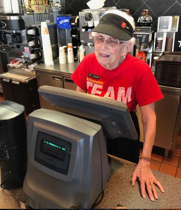 94–летняя Loraine Maurer работает в Макдональдсе уже 44 года.