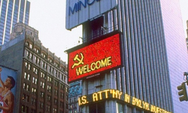 Рекламный баннер на Таймс сквер во время визита М.С. Горбачева в США, декабрь 1987 год, Нью–Йорк, США