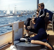 Супруги Кеннеди наблюдают Кубок Америки с борта военного корабля им. Джозефа П. Кеннеди младшего, сентябрь 1962 года, США