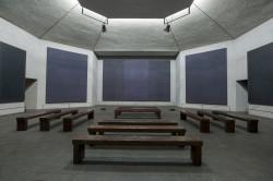 Часовня Ротко, на её стенах выставлены 14 работ Марка Ротко в чёрном цвете.