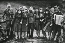 Охранники концлагеря Аушвиц (Освенцим) культурно отдыхают, 1942–й год
