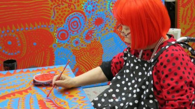 Яёи Кусама – 88–летняя художница, страдающая психическими расстройствами, продаёт картины за миллионы долларов
