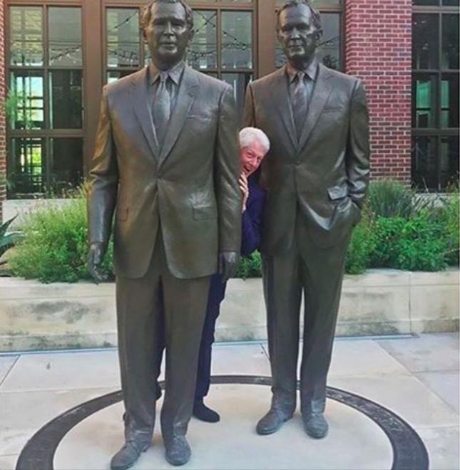 От кого и за кем прячется Билл возле библиотеки?