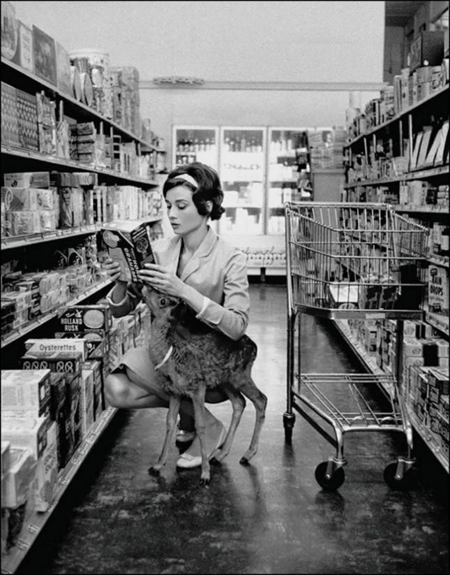 Одри Хепбёрн делает покупки со своим олененком, Беверли Хиллз, 1958