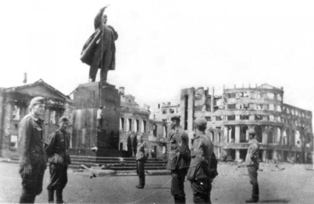 Виселица, в которую был превращён памятник Ленину в центре Воронежа.  1942