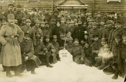 Евреи из германской и австро–венгерской армий на Восточном фронте первой мировой войны празднуют Хануку, 1916 год, Галиция