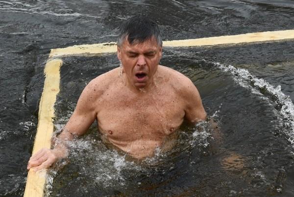 Зачем посол США в РФ, миллиардер и мормон купается в проруби в православное крещение?
