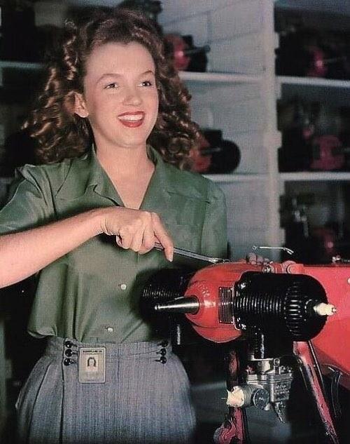 Работница фабрики Норма Джин Бейкер, которая вскоре станет известна как Мэрилин Монро, 1940–е годы, США