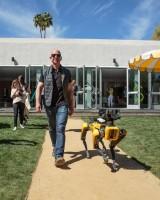 """Глава Amazon Джефф Безос со своей """"новой собакой"""""""