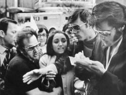 Элвис подписывает автограф для 12–летней Мадонны. Детройт. 1970 год