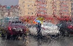 Девушка с ярким зонтиком