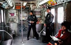 Двое полицейских патрулируют подземку, 1981 год, Нью–Йорк