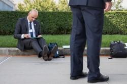 Фотография президента Швейцарии Алена Берсе, запросто присевшего в Нью–Йорке на бордюр, стала хитом в соцсетях
