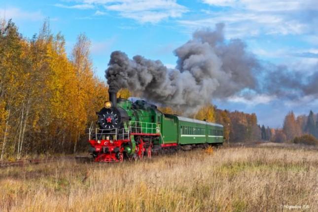 Пригородный поезд под паровозом Су250–74 на перегоне Куженкино — Баталино (Тверская область)