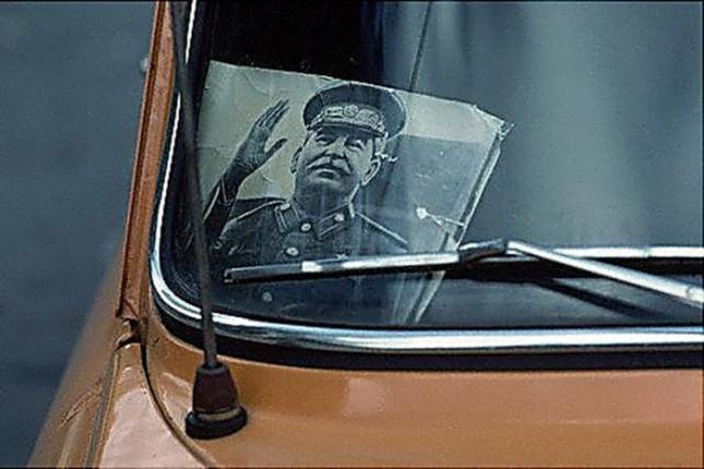 Портрет Иосифа Сталина под лобовым стеклом автомобиля «Москвич», 1980–е годы, СССР